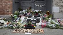 A makeshift memorial is seen in front of the home of legendary singer and poet Leonard Cohen Friday, November 11, 2016 in Montreal. Cohen has died at the age of 82. (Paul Chiasson/THE CANADIAN PRESS)