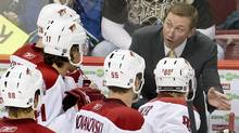 Phoenix Coyotes head coach Wayne Gretzky (top R) talks to his players during a time out during third period NHL play against the Vancouver Canucks in Vancouver, British Columbia November 6, 2008. REUTERS/Andy Clark (ANDY CLARK)