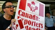 An anti-asbestos protester shouts outside the Canadian Consul-General's office in Sydney on Sept. 9, 2005. (WILL BURGESS/REUTERS)