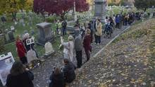 People line up to visit the grave of women's suffrage leader Susan B. Anthony on U.S. election day at Mount Hope Cemetery in Rochester, N.Y., on Nov. 8, 2016. (ADAM FENSTER/REUTERS)