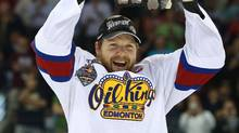 Edmonton Oil Kings captain Griffin Reinhart lifts the Memorial Cup (Dave Chidley/The Canadian Press)