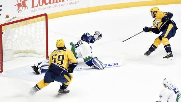 Tnmz114_canucks_predators_hockey
