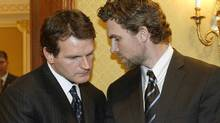"""Vincent Damphousse, left, seen huddling with Trevor Linden during the 2005 NHL lockout, says Paul Kelly was a victim """"of a kind of paranoia"""". (Paul Chiasson/CP)"""