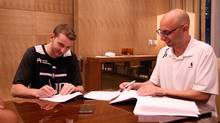 Nik Stauskas signs his NBA rookie contract with the Sacramento Kings (Sacramento Kings)