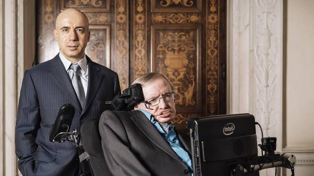 Yuri Milner, left, and Stephen Hawking at the Royal Society in London, July 20, 2015. Extending his idea of philanthropy beyond the earth and even the human species, Milner, the Russian Internet entrepreneur and founder of science giveaways, announced Monday that he would spend at least $100 million in the next decade to search for signals from alien civilizations. (TOM JAMIESON/NYT)
