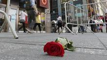 A single rose is left on the sidewalk to honour a victim of a car attack in New York's Times Square on May 19, 2017. (Richard Drew/AP)