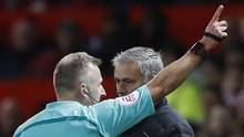 Manchester United manager Jose Mourinho is sent to the stands by referee Jonathan Moss (Carl Recine/REUTERS)