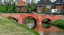 One of the completed bridges in Spijkenisse is a replica of the structure found on the back of the €10 note. (Klaus Boonstra)
