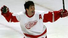 Detroit Red Wings forward Brendan Shanahan celebrates an overtime goal by teammate Pavel Datsyuk against the Chicago Blackhawks during their NHL game in Chicago, December 23, 2005. (FRANK POLICH/Reuters)