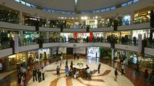 People wander around a shopping mall during the evening in New Delhi. (VIJAY MATHUR/REUTERS)