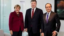 German Chancellor Angela Merkel, Ukrainian President Petro Poroshenko and French President Francois Hollande pose for media during talks on a stalled peace plan for eastern Ukraine in Berlin, Germany, on Oct. 19, 2016. (REUTERS)