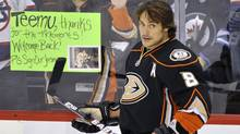 Winnipeg Jets fans greet Anaheim Ducks' Teemu Selanne during warm-up prior to their NHL hockey game in Winnipeg December 17, 2011. (Reuters)