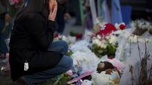 A woman at a makeshift memorial for victims of the shooting at Sandy Hook Elementary School in Newtown, Conn., Dec. 15, 2012. (MARCUS YAM/NYT)
