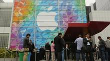 People line up for the Apple event at the Yerba Buena centre in San Francisco, California October 22, 2013. (Robert Galbraith/Reutes)