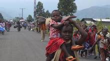 Displaced Congolese families flee fighting in Mugunga, near Goma, on Nov. 22, 2012. (REUTERS)