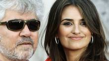 Penelope Cruz and Pedro Almodovar arrive for the British premiere of Broken Embraces at Somerset House in London, July 30, 2009. (STEFAN WERMUTH)