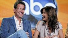 Desperate Housewives stars James Denton and Teri Hatcher in Pasadena, Calif., Jan. 10, 2012. (LUCY NICHOLSON/LUCY NICHOLSON / REUTERS)