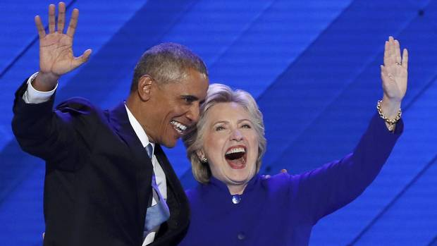 U.S. President Barack Obama and Democratic presidential nominee Hillary Clinton, onstage at the party's convention in Philadelphia, July 27, 2016. [MIKE SEGAR/REUTERS)