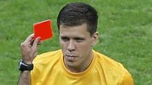Poland's goalkeeper Szczesny receives a red card by referee Carballo of Spain during their Group A Euro 2012 soccer match against Greece at the National stadium in Warsaw (LEONHARD FOEGER/Reuters)