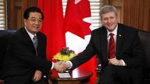 Canada's Prime Minister Stephen Harper (R) shakes hands with China's President Hu Jintao in Harper's office on Parliament Hill in Ottawa June 24, 2010. (John Major/REUTERS)