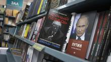 Book about US President-elect Donald Trump Black Swan, Political Biography of Donald Trump and a book about Russian President Vladimir Putin are on a display in the Moscow House of Books in Moscow, Russia, on Monday, Nov. 14, 2016. (Alexander Zemlianichenko/AP)