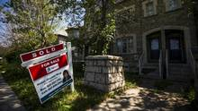 A 'For Sale' sign stands in front of a home that has been sold in Toronto. (© Mark Blinch / Reuters/REUTERS)