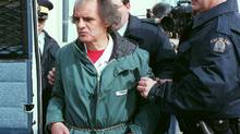 Clifford Olson is led away from court in Regina, Sask., April 4, 1996. (ROY ANTAL)