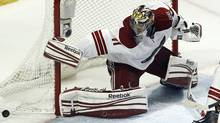 Phoenix Coyotes goalie Mike Smith makes a save against the Chicago Blackhawks without his stick during Game 6 of their NHL Western Conference quarter-final playoff hockey game in Chicago, Illinois April 23, 2012. (Reuters)