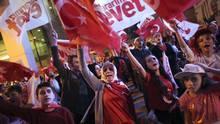Supporters of Turkish President Tayyip Erdogan celebrate in Istanbul, Turkey, on April 16, 2017. (ALKIS KONSTANTINIDIS/REUTERS)