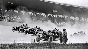 Cars take first turn at the 1911 Indy 500.