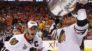 Chicago Blackhawks' Marian Hossa hoists the Stanley Cup beside teammate Jonathan Toews (L) after their team defeated the Philadelphia Flyers in Game 6 of the NHL Stanley Cup Final hockey series in Philadelphia June 9, 2010. REUTERS/Shaun Best