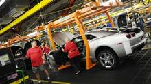Workers on a General Motors assemly line in Oshawa, Ont. (Kevin Van Paassen/Staff)